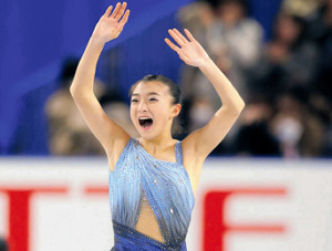 女子SPで自己ベストを更新する会心の演技を見せ、客席に笑顔で手を振る坂本花織(カメラ・酒井 悠一)