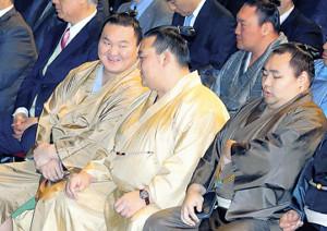 笑顔で会話する白鵬(左)と稀勢の里(中)(右は鶴竜)