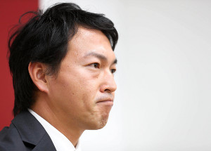 更改を終えた長野は、厳しい表情で報道陣の質問に答えた(カメラ・矢口 亨)