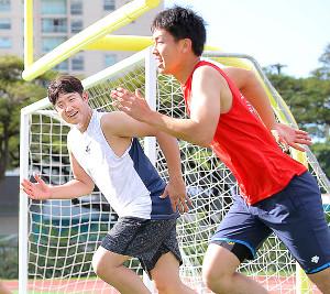 菅野(左)と共にランニングで汗を流す畠(カメラ・中島 傑)