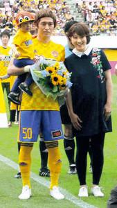 今年5月のJ通算250試合出場記念セレモニーで潮田玲子夫人から祝福された増嶋