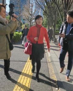報道陣に囲まれながら、赤いジャケット姿で東京家庭裁判所に向かう松居一代