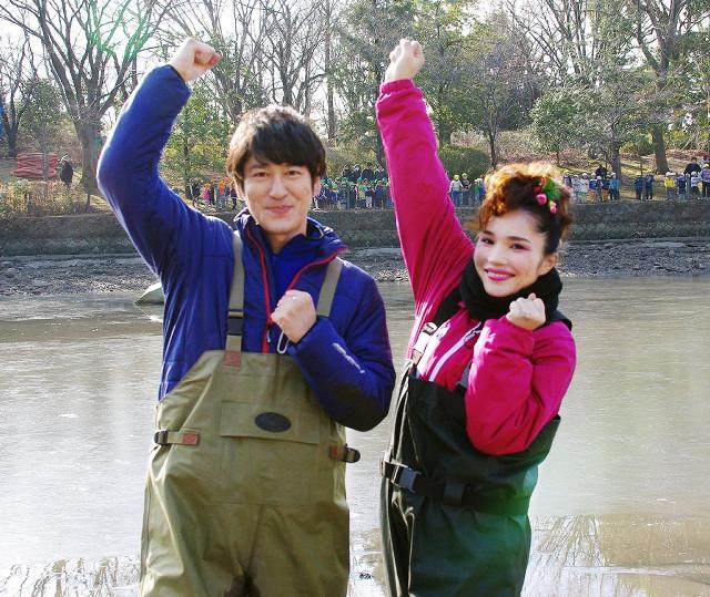 「池の水ぜんぶ抜く」第6弾に参加した平野ノラ。左はココリコ田中直樹(C)テレビ東京