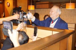イベントの一環として、居酒屋で乾杯の音頭を取った加藤一二三・九段