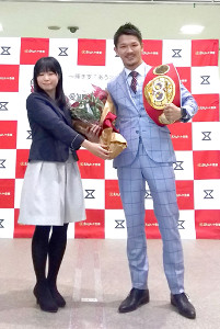 地元の愛知・豊橋市のスポーツ特別賞を受賞した尾川堅一(右)は、花束を贈られ笑顔