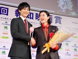 壇上で笑顔を見せる菅田将暉(右)と松坂桃李