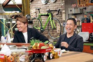 カンテレ「おかべろ」に出演したヒロミ(左)とMCの岡村隆史