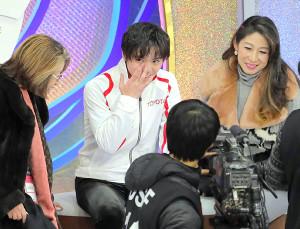 男子ショートプログラム(SP)を終え、キスアンドクライで笑顔を見せる宇野昌磨