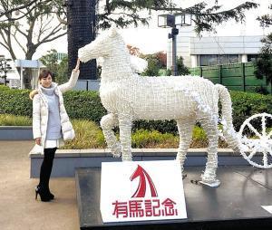 イブ決戦の舞台となる中山競馬場で馬の像をなでる田中歩アナ。当たるかな!?