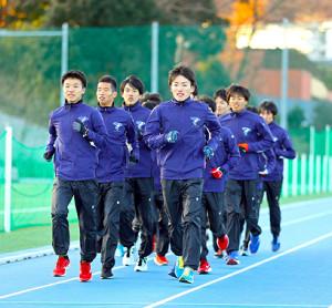 練習する畔上(前列左)と佐藤(同右)ら帝京大の選手たち