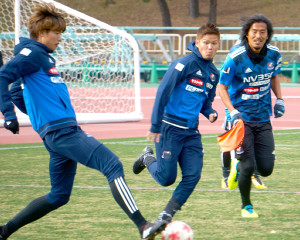 練習で競り合う(左から)MF扇原、DF金井、DF中沢