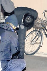 釈放され自宅に戻った清水良太郎被告は深々と頭を下げた(カメラ・清水 武)