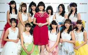 ライブを行った「SUPER☆GiRLS」とサプライズで駆けつけた松本伊代(前列左から3人目)