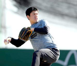 ジャイアンツ球場でキャッチボールする西村(カメラ・矢口 亨)