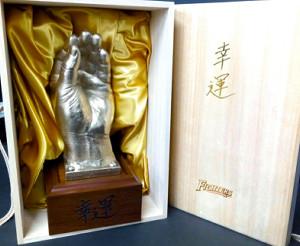 正月に500個限定で販売される福袋の1個だけに当たりとして入っている「木田GM補佐黄金の左手像」