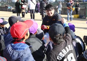 野球教室で、巨人時代の上原のユニホームを着た子どもからの質問に、笑顔を見せる杉内