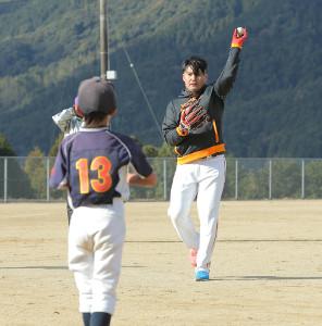 野球教室で、子どもとキャッチボールを行う杉内