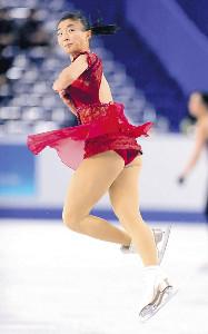 公式練習した坂本花織は赤い衣装