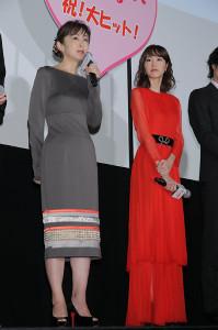 舞台あいさつに登壇した斉藤由貴(左)と桐谷美玲