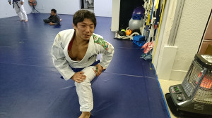 柔術の練習を行う内柴