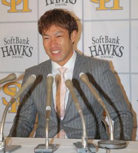 契約更改を終え、笑顔で会見を行う柳田