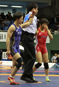 須崎優衣(右)は入江ゆきにテクニカルフォール負けで涙