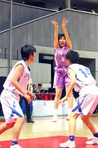 ジャンプシュートを放つ八戸学院光星・駒沢