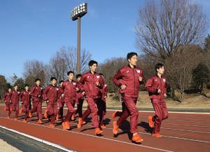 箱根に向け(右から)谷口、安井主将を先頭に走り込む早大の選手たち