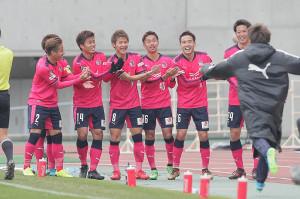 延長前半8分、C大阪・柿谷(左から3人目・8)が勝ち越しとなるゴールを決め2対1とし、チームメートらとポーズを決め喜ぶ