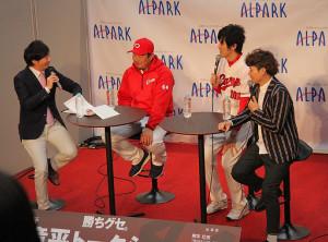 広島市内でトークショーを行った広島・松山(写真左から2人目)。放送作家の桝本壮志氏(同右)、芸人のザ・ギース尾関高文(同右から2人目)、広島ホームテレビ広瀬アナ(同左)