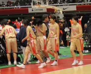 試合に敗れ、引き揚げる龍谷富山の選手たち