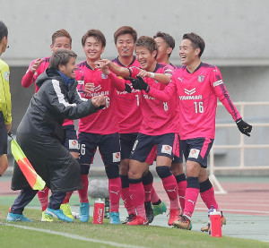延長前半8分、勝ち越しゴールを決めたC大阪・柿谷(右から3人目・8)がチームメートらと喜ぶ。右は水沼(16)