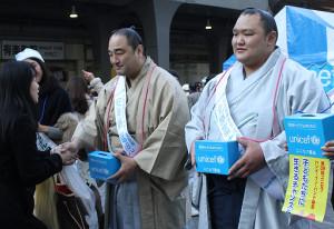 安美錦(中)は募金した女性と握手(右は北勝富士)