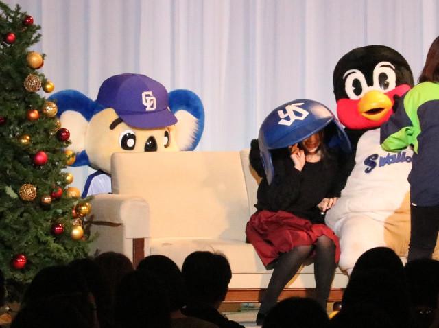 3ショット撮影権が当選した女性3人がいずれもつば九郎(右)のファンと判明し落ち込むドアラ(左)