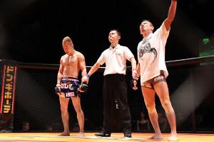 判定勝利にガッツポーズをする北田(右)と肩を落とす窪田