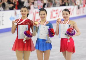 表彰式後、撮影に応じる入賞者(左から)2位・坂本花織、優勝・宮原知子、3位・紀平梨花