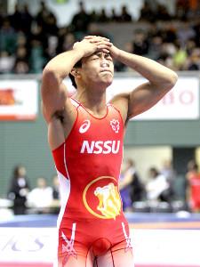 男子グレコローマン60キロ級決勝でライバル・太田に敗れて頭を抱える文田