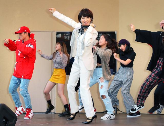 「ダンシング・ヒーロー」を軽快に踊る荻野目洋子