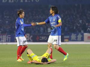 決勝進出を果たし、横浜M・中沢(右)は天野とタッチを交わす(カメラ・竜田 卓)