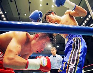 Sバンタム級、飯見(左)を4回TKOでマットに沈めて全日本新人王に輝いた下町