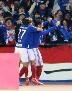 延長後半13分、横浜Mのウーゴ・ヴィエイラ(右)が勝ち越しゴールを決める