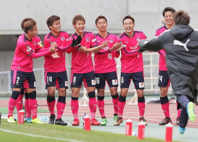 延長前半8分、勝ち越しゴールを決めたC大阪・柿谷(後方右から4人目・8)がチームメートらとポーズを決め喜ぶ
