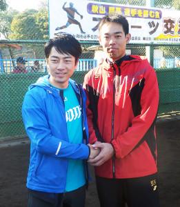 横須賀市内で行われた野球教室で共演した秋山(右)と小泉進次郎衆院議員