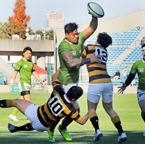 前半22分、慶大・古田(左)、堀越(右)をはじき飛ばして右中間にトライを決める大東大のアマト・ファカタヴァ