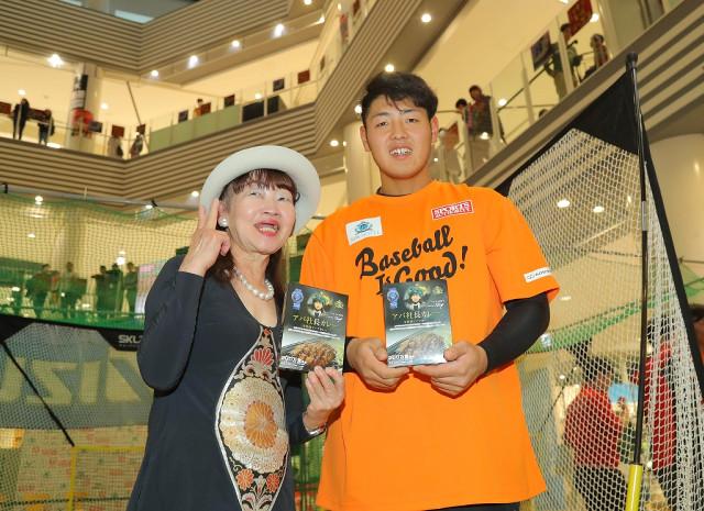 アパホテルの元谷芙美子社長(左)と記念写真を撮る岡本
