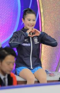 女子フリーの演技後、キスアンドクライでハートを作る宮原知子(カメラ・相川 和寛)
