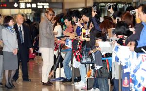 早朝の成田空港に駆けつけたファンにサインをするパチューカFW本田圭佑