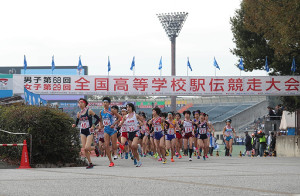 西京極陸上競技場から一斉にスタートする第一走者たち