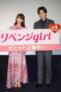 大阪での舞台あいさつを楽しんだ桐谷美玲(左)と鈴木伸之