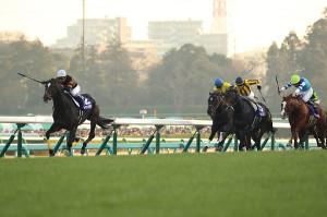 武豊騎乗のキタサンブラック(左)が制覇
